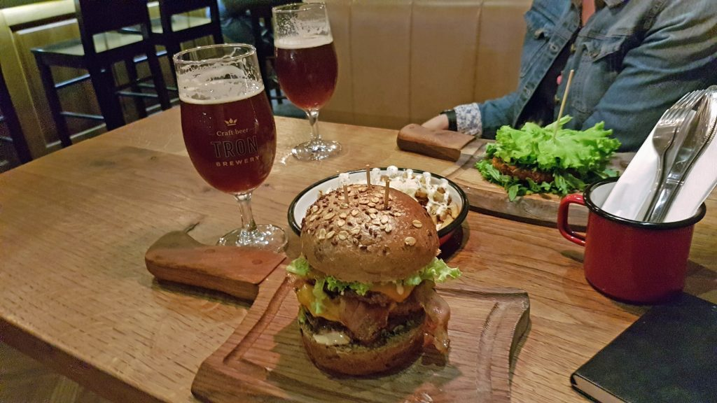Monster-Trippleburger bei Submarine Burger
